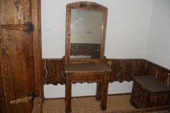 Деревянный гримерный стол