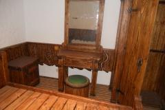 Деревянный стол с зеркалом