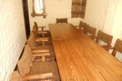 Деревянный стол со стульями
