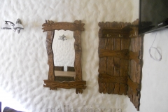 деревянная вешалка и зеркало