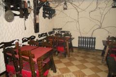 деревянные столы со стульями